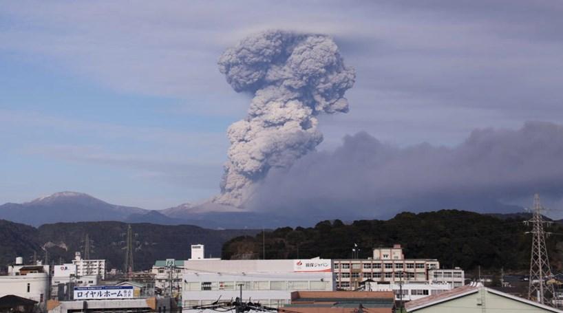 Vulcão obriga à evacuação de mais de mil pessoas