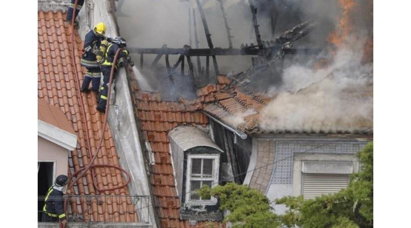 Lisboa: Incêndio em prédio devoluto