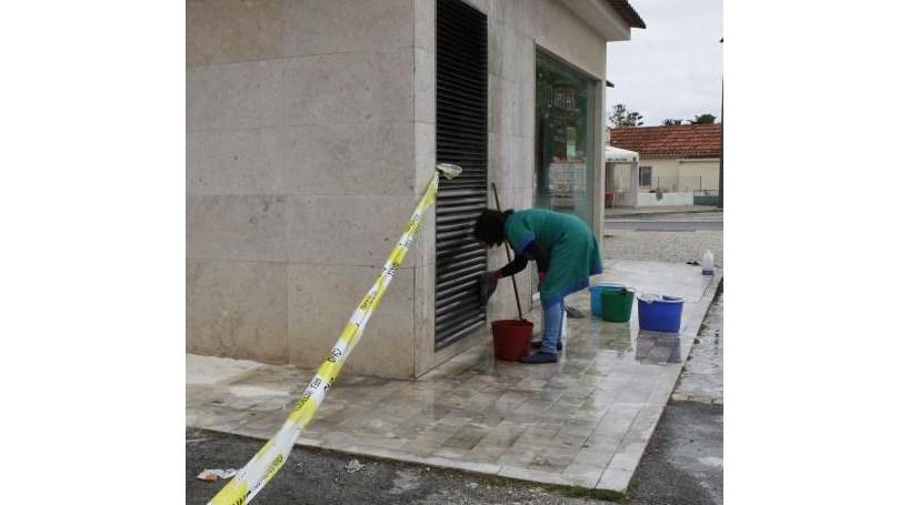 Cinco homens fazem explodir ATM em Negrais