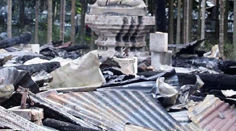 Muçulmanos queimam casas e templos budistas no Bangladesh