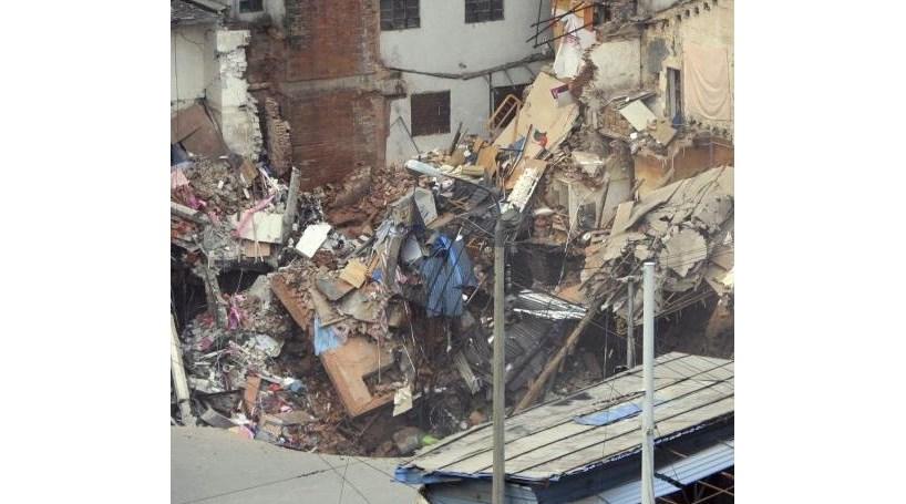 Cratera de 10 metros 'engole' vários edifícios (COM VÍDEO)