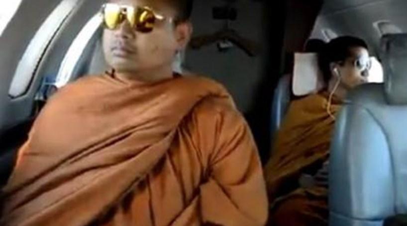 Monges viajam de jacto particular