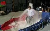 Miguel Fernandes toma banho de 550 litros de água gelada