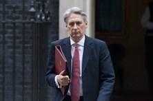 Brexit: Ministro das Finanças britânico afasta-se da linha dura