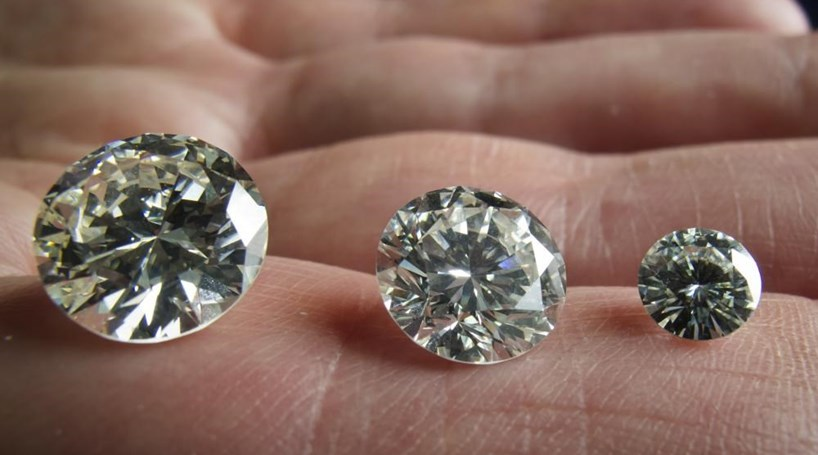 Troca diamante por pedra falsa