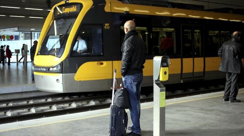 Utentes dos transportes do Porto denunciam atrasos e avarias