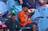 Rapaz devora melancia inteira