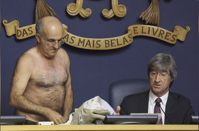 Fotogaleria: José Manuel Coelho despe-se em protesto