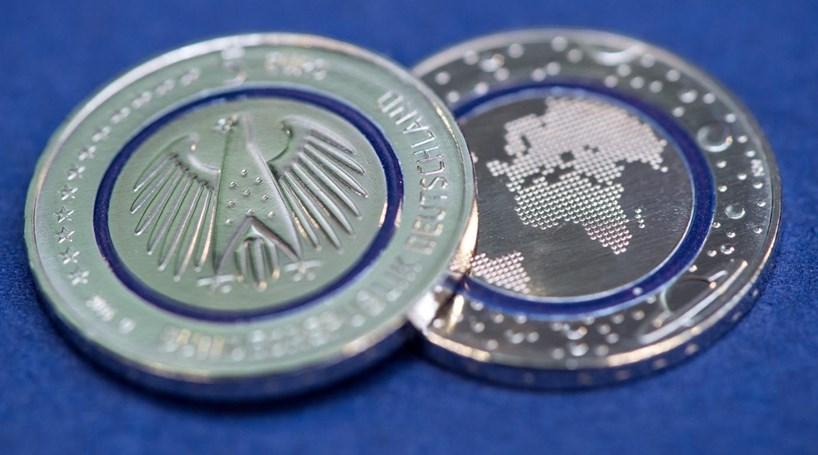 Moeda de cinco euros chega à Alemanha