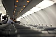 Médico salva passageiro com colher e palito durante voo