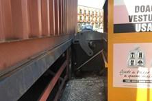 Homem entalado entre camião e contentores do lixo