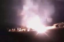 Incêndio e explosões destroem bar de praia na Costa da Caparica