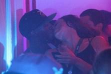 Bolt beijou uma e dormiu com outra