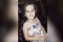 Menina atingida por bomba em casa enquanto canta