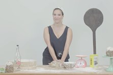 Padeira sexy ensina a fazer broa