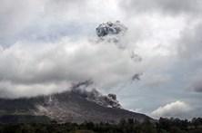 Vulcão indonésio Sinabung volta a entrar em erupção
