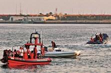 Sete turistas salvos em barco a afundar