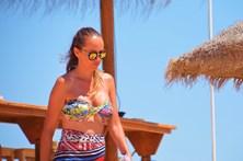 Marisa Cruz mostra formas nas praias Algarvias