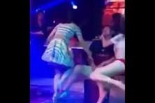 Mulher furiosa agride stripper