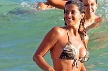 Isabel Figueira deslumbra na praia