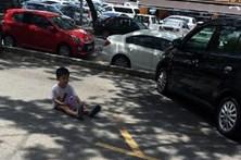Deixa filho a guardar estacionamento