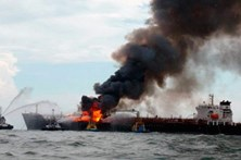 Navio combarris de combustível incendeia-se