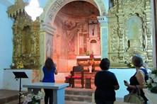 Revolta por padre retirar imagens