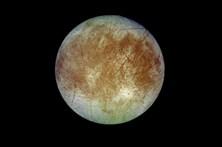 Jatos de água  em lua de Júpiter