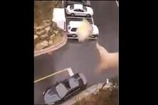 Lança sandes de prédio e acerta no teto de abrir do carro