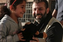 Arrisca vida para levar brinquedos às crianças sírias
