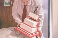 Pai brincalhão 'deixa cair' o bolo da noiva