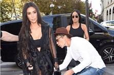 Homem tenta beijar rabo de Kim Kardashian