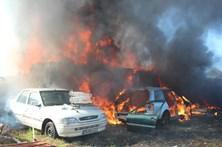 Incêndio destrói quatro carros e duas casas