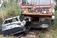 Quatro feridos em choque entre comboio e carro