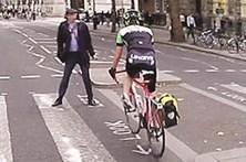 Peão tenta travar ciclista em Londres