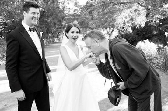 Tom Hanks 'invade' produção fotográfica de noivos