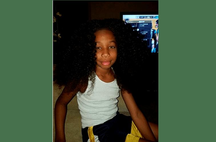 Menino deixa cabelo crescer para ajudar crianças com cancro