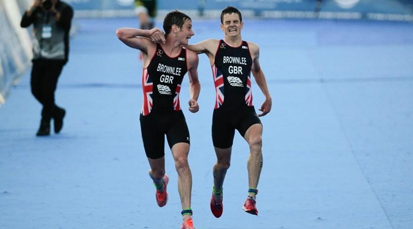 Campeões olímpicos dão lição de amor fraterno em prova de triatlo