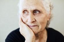 Muitos idosos vivem sós e com pensãoes estagnadas há 40 anos