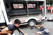 Polícia em fuga atropela dezenas de manifestantes