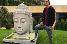 Ronaldo 'pisa' Buda e deixa fãs revoltados