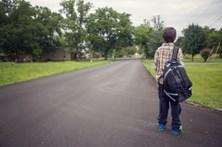 Criança cai de autocarro em andamento
