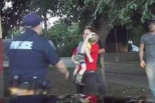Polícia salva criança da morte