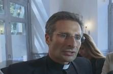 Padre gay expulso do Vaticano lança livro