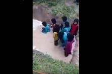 Meninas enfrentam cobras para 'fortalecer caráter'
