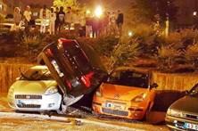 Automóvel destravado cai em cima de outros dois carros