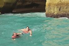 Ondulação perigosa prende turista em gruta