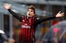 AC Milan trava líder Juventus