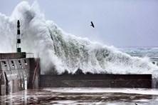 Ondas até 18 metros põem Açores em alerta vermelho