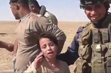 Menina agradece a soldados que lutam para libertar Mossul